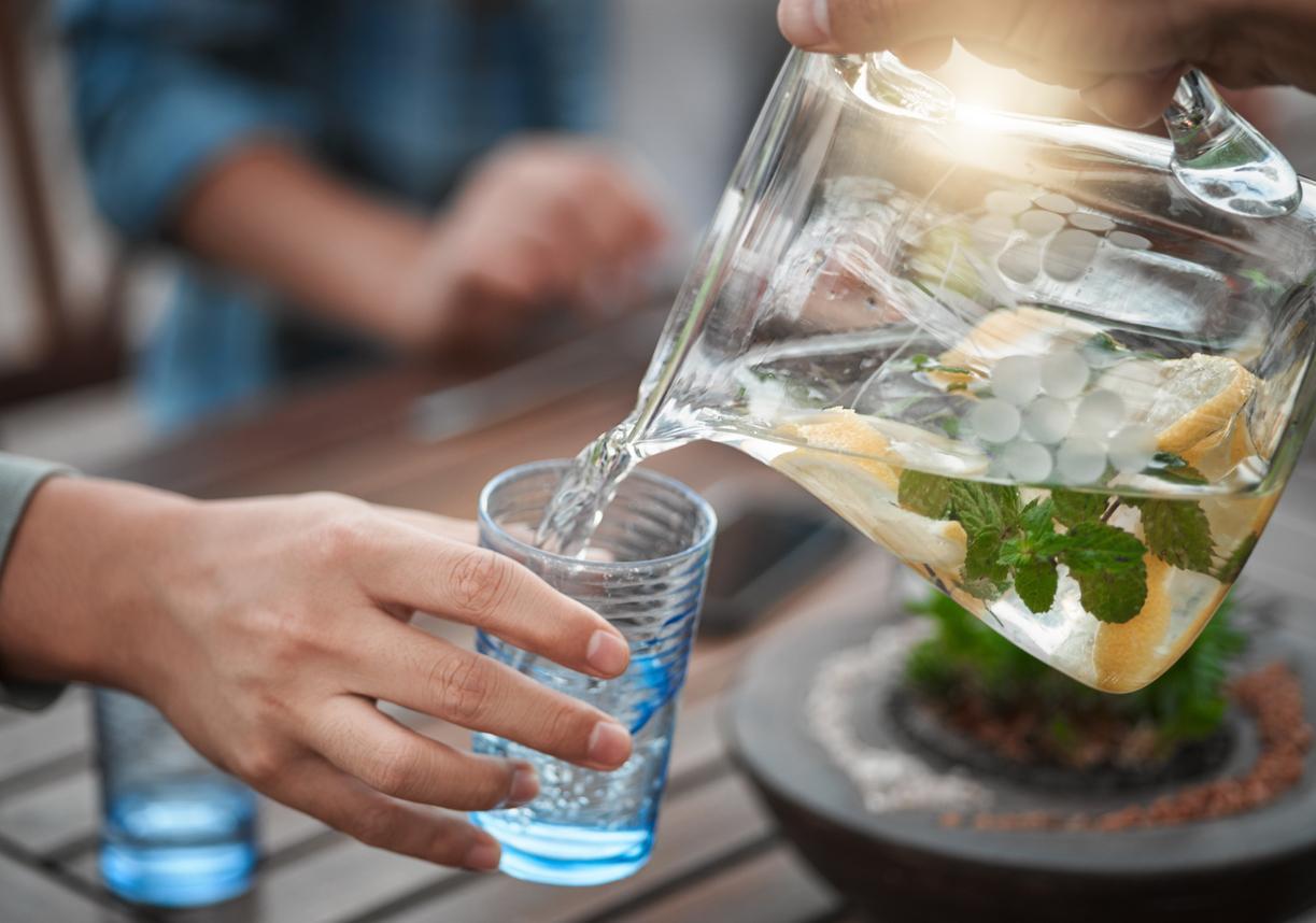 ¿Cómo te puede ayudar el agua en la dieta?
