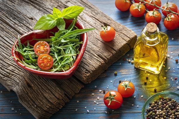 ¿Cómo debe ser una alimentación saludable?